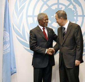 Secretary-General Kofi Annan congratulates his successor Ban Ki-moon in December 2006. UN Photo/Mark Garten
